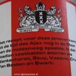 Etiket Dapp're Strijder Jenever Ajax. Het recept voor deze jenever komt uit de tijd dat Ajax nog in de Meer aan de Middenweg speelde. In dat stadion voetbalden sterren als Blankenhorst, Stuy, Vasovic, Cruijff, Van Basten en Swart.