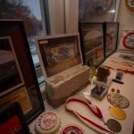 Steen van oude stadion de Meer, mediale s, munten u kunt het allemaal opnoemen het Ajax museum heeft het. Heeft u ook nog een pronkstuk? Stuur ons dan een mail via info@ajaxmuseum.nl Wij willen graag oude Ajax items toevoegen aan de collectie.
