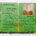 Diploma Ajax 1932 - 1933.Overdekte trinbune. Diploma met dame. De Somma van  vijf gulden. Voor het werkende lidmaatschap 1 juli - 3 december 1932. Dit diploma geeft recht op toegang voor het lid met dame bij alle tdoor A.F.C. AJAX op het Ajaxterrein  te spelen wedstrijden.