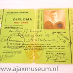 Diploma Ajax 1932 – 1933.Overdekte trinbune. Diploma met dame. De Somma van vijf gulden. Voor het werkende lidmaatschap 1 juli – 3 december 1932. Dit diploma geeft recht op toegang voor het lid met dame bij alle tdoor A.F.C. AJAX op het Ajaxterrein te spelen wedstrijden.